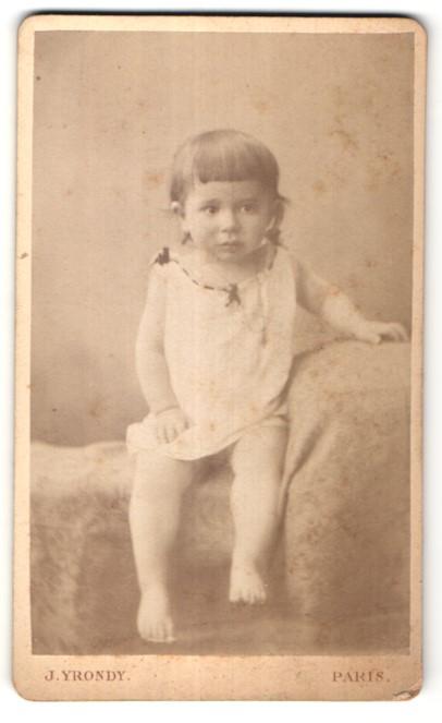 Fotografie J. Yrondy, Paris, Portrait Kleinkind mit nackigen Füssen