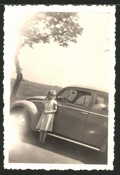 Fotografie Auto VW Käfer, Mädchen steht neben Volkswagen PKW