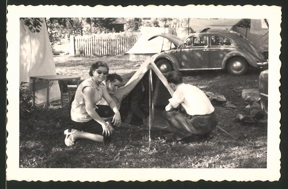 Fotografie Auto VW Käfer, Familie beim Camping mit Volkswagen PKW