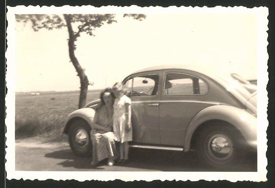Fotografie Auto VW Käfer Ovali, Mutter & Tochter neben Volkswagen PKW