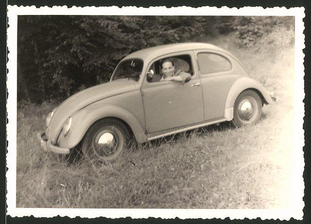 Fotografie Auto VW Käfer, junger Mann im Volkswagen PKW sitzend