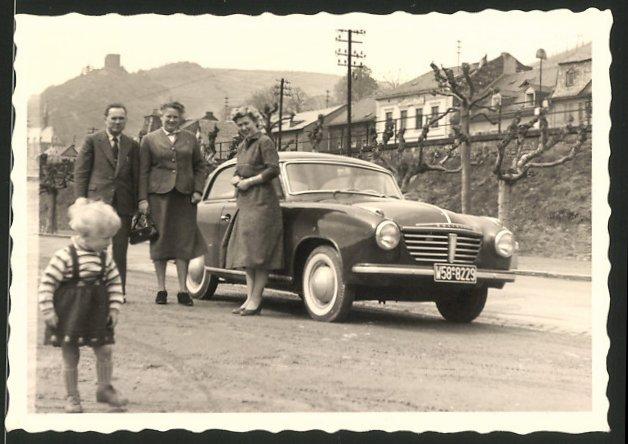 Fotografie Auto Goliath, Familie mit PKW während einer Ausfahrt