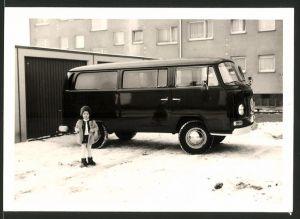Fotografie Auto VW Bulli T2, Volkswagen Kleinbus im Schnee auf Garagenhof