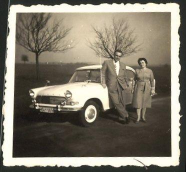 Fotografie Auto Ford, Paar posiert neben PKW