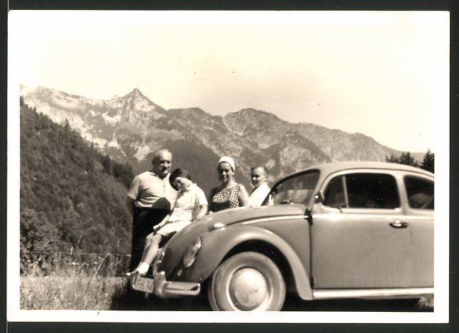 Fotografie Auto VW Käfer, Familie mit Volkswagen PKW vor Gebirgspanorama
