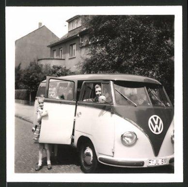 Fotografie Auto VW Bulli T1, Familie bei Ferienfahrt mit dem Volkswagen Kleinbus