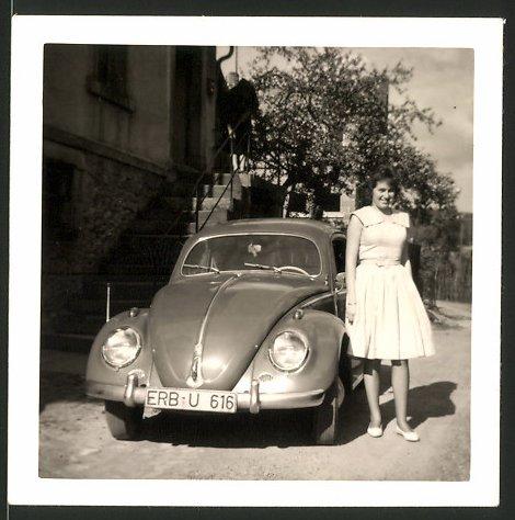 Fotografie Auto VW Käfer, hübsches Mädchen im Sommerkleid neben Volkswagen PKW