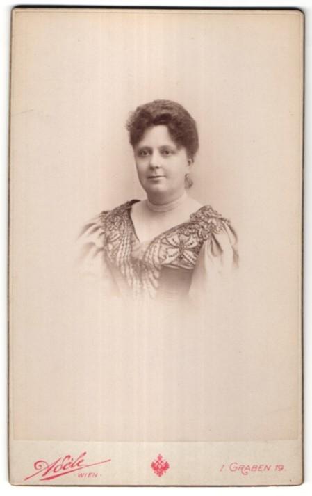 Fotografie Aséle, Wien, Portrait Edeldame mit Halskette trägt modisches Kleid