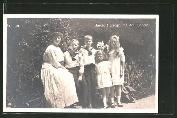 AK Herzogin von Sachsen-Coburg-Gotha mit ihren Kindern