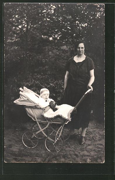 Foto-AK Mutter mit Kind im Kinderwagen