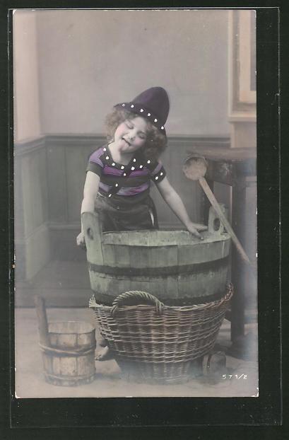 AK kleines Mädchen mit Hut als Waschfrau streckt die Zunge heraus