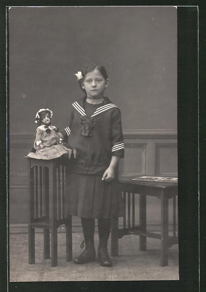 Foto-AK Mädchen mit Puppe