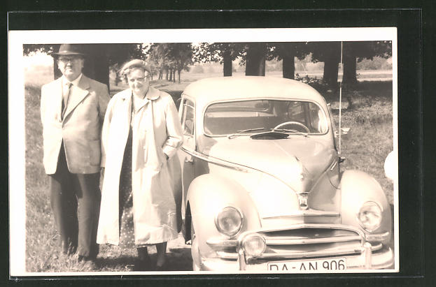 Foto-AK Eheleute mit Ford im Grünen, Auto