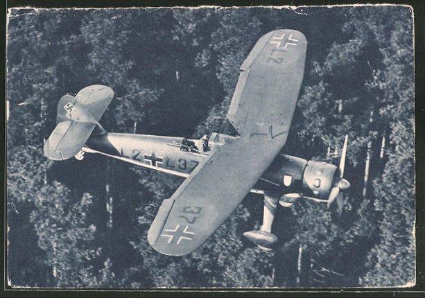 AK Nahaufklärer Hs 126 beim Tiefflug über einem Wald