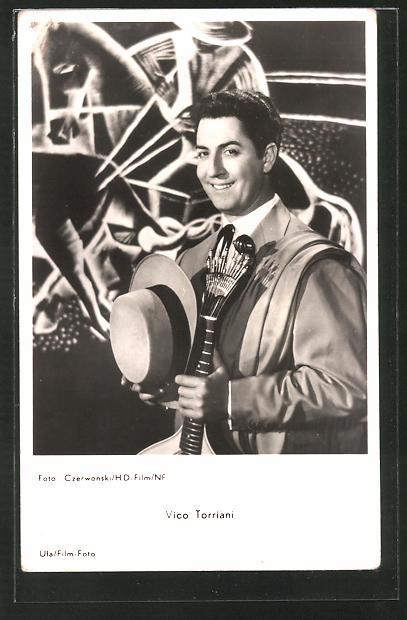 AK Schauspieler Vico Torriani im Kostüm zur Seite lächelnd