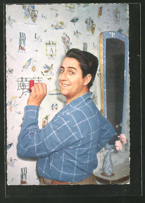 AK Schauspieler Vico Torriani an der Wand stehend
