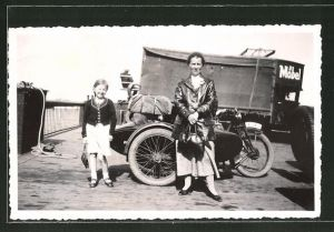 Foto-AK Mutter und Tochter vor Zündapp-Motorrad mit Beiwagen