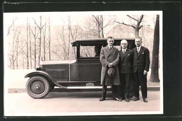 Foto-AK drei Herren mit Opel, Auto