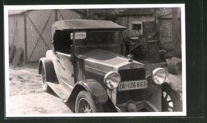 Foto-AK Fiat-Auto in einem Hinterhof