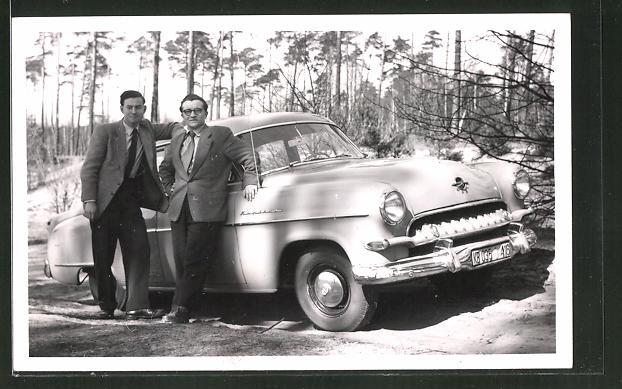Foto-AK Zwei Männer vor ihrem parkenden Opel-Kapitän Automobil