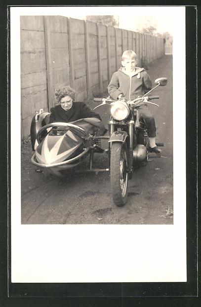 Foto-AK Knabe auf dem Motorrad mit Mutter als Sozius im Beiwagen