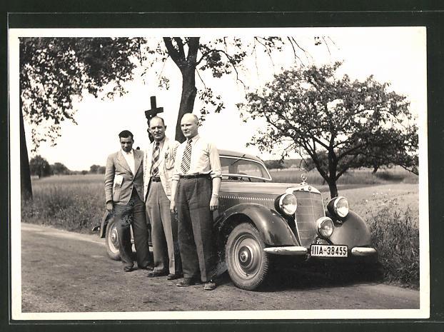 Foto-AK drei Herren vor Mercedes-Benz 170, Auto