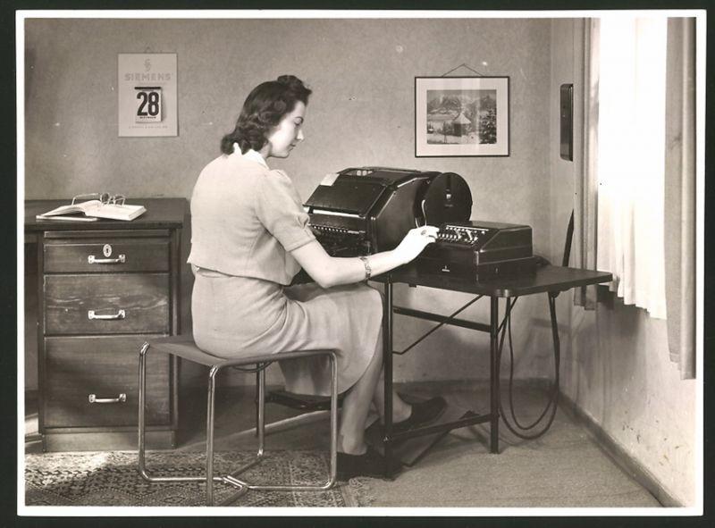Fotografie Sekretärin bedient elektronische Schreibmaschine von Siemens