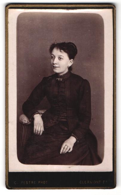Fotografie C. Pestre, Clermont-F., hübsches dunkelhaariges Fräulein mit Dutt im dunklen Kleid