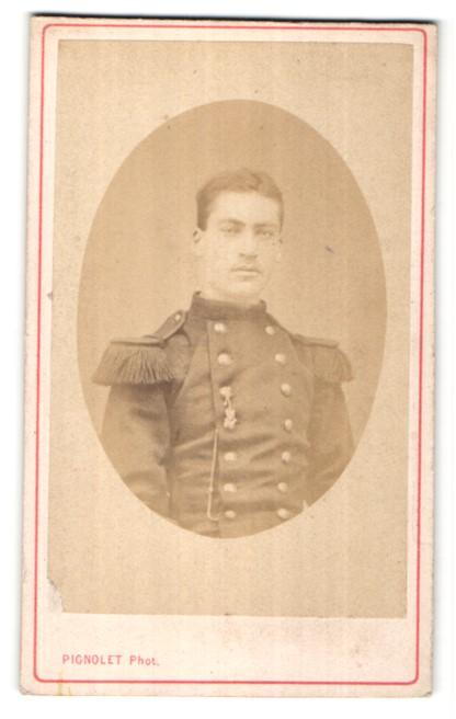 Fotografie Pignolet, Versailles, Portrait junger dunkelhaariger Soldat in interessanter Uniform
