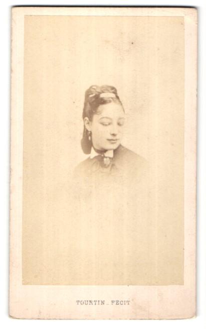 Fotografie Tourtin, Paris, Portrait hübsches dunkelhaariges Fräulein mit Hochsteckfrisur und Haarspange