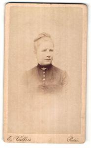 Fotografie E. Vallois, Paris, Portrait hübsche blonde Frau mit Hochsteckfrisur und Brosche am Kragen