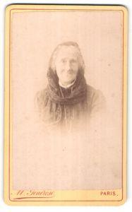 Fotografie M. Generose, Paris, Portrait hübsche ältere Dame mit Kopftuch
