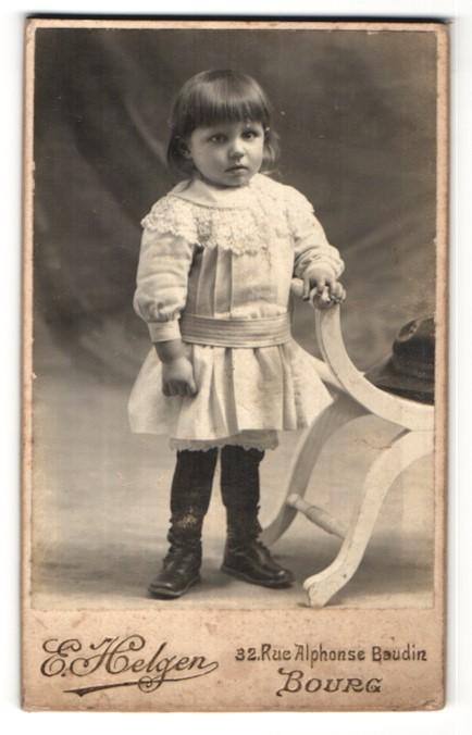 Fotografie E. Helgen, Bourg, niedliches kleines Mädchen im hübschen Kleid mit Stickerei