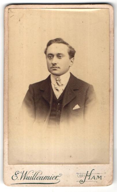 Fotografie E. Wuilleumier, Ham, Portrait junger dunkelhaariger Mann in edler Krawatte