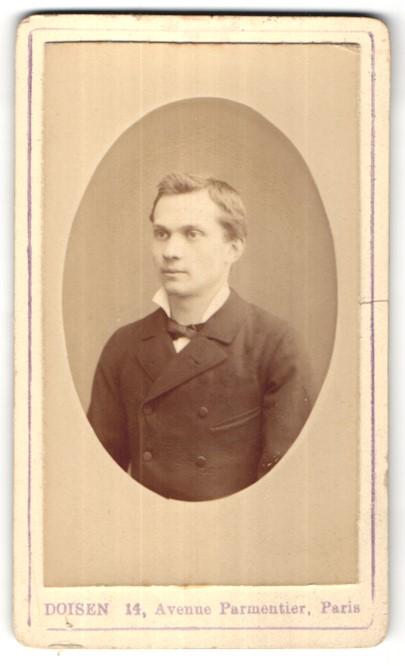 Fotografie Doisen, Paris, Portrait junger hübscher Mann mit Fliege