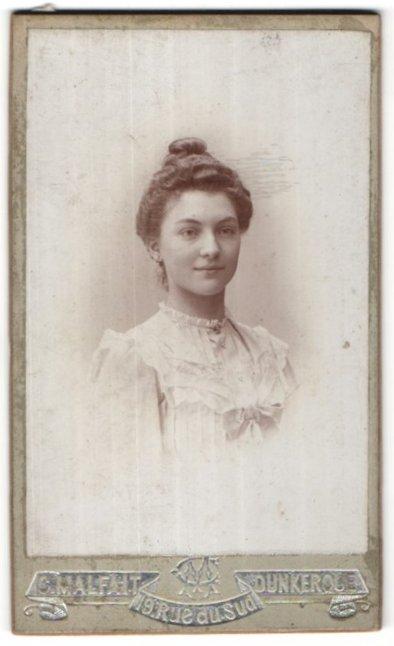 Fotografie C. Malfait, Dunkerque, Portrait hübsche lächelnde junge Dame mit Hochsteckfrisur
