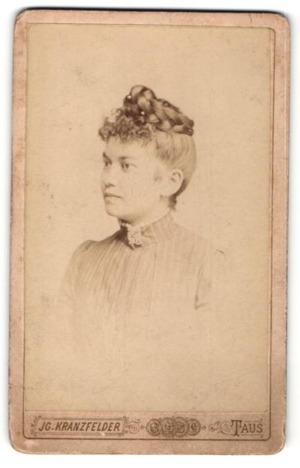 Fotografie Jg. Kranzfelder, Taus, Portrait junge Frau mit Flechtfrisur im Halbprofil