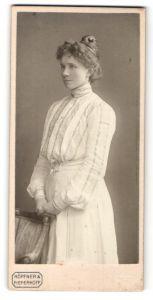Fotografie Höpfner & Pieperhoff, Halle a. Saale, Kniestück junge hübsche Dame im weissen Kleid