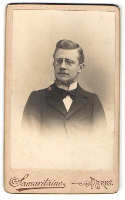 Fotografie Samaritaine, Paris, Portrait eleganter junger Herr mit Zwicker im Anzug