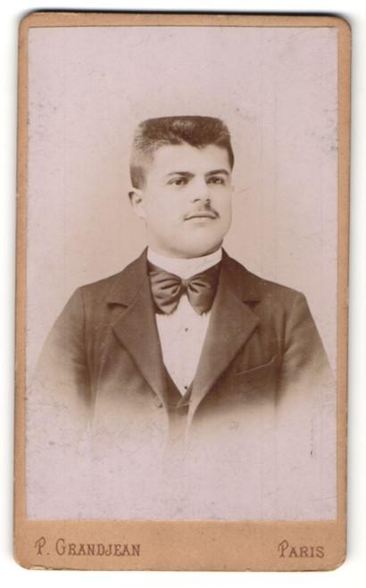 Fotografie P. Grandjean, Paris, Portrait junger mann mit Bürstenhaarschnitt