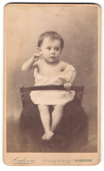 Fotografie Ludovic, Narbonne, Portrait Kleinkind mit nackigen Füssen
