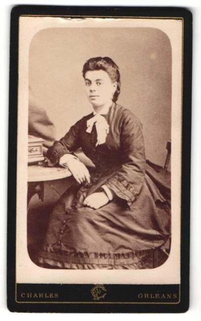 Fotografie Charles, Orléans, Portrait junge Dame mit dunklem Haar