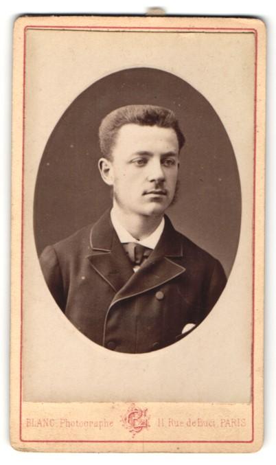 Fotografie Blanc, Paris, Portrait junger Mann mit Bürstenhaarschnitt