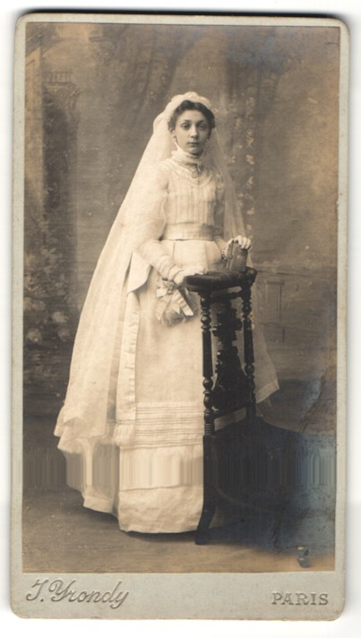 Fotografie J. Yrondy, Paris, Portrait Mädchen in festlichem Kleid mit Schleier