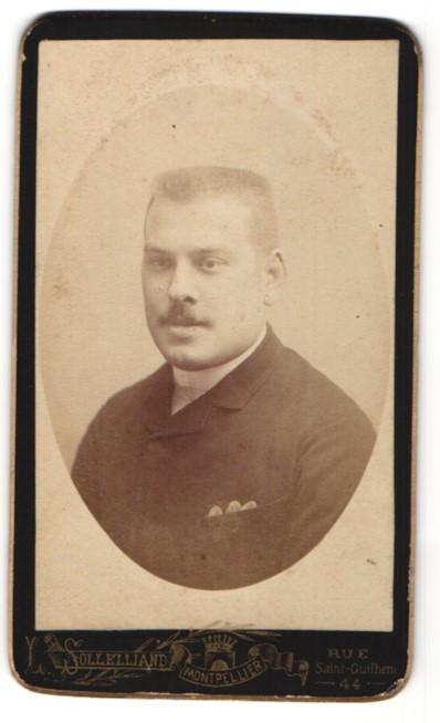 Fotografie L. Sollelliand, Montpellier, Portrait junger Mann mit Bürstenhaarschnitt
