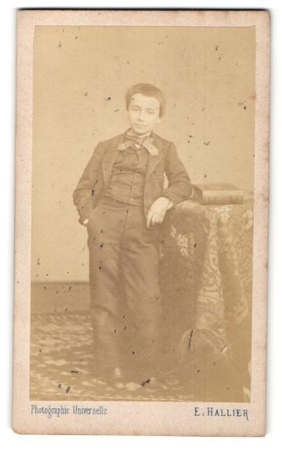 Fotografie E. Hallier, Paris, Portrait Bub in Anzug