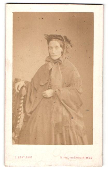 Fotografie L. Bert, Nimes, Portrait Dame in zeitgenöss. Mode