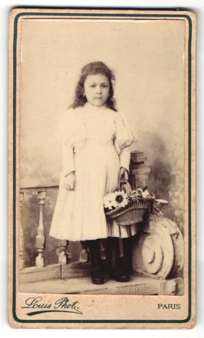 Fotografie Louis, Paris, Portrait kleines Mädchen mit Blumenkorb