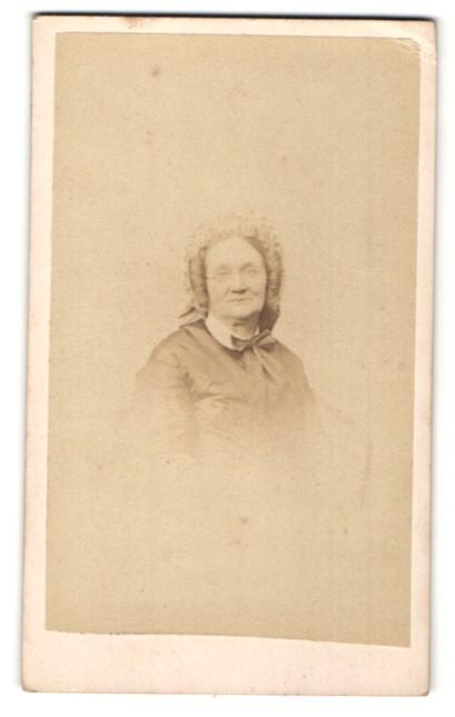 Fotografie A. C. Baudelaire, Strasbourg, Portrait betagte Dame mit zeitgenöss. Kopfbedeckung