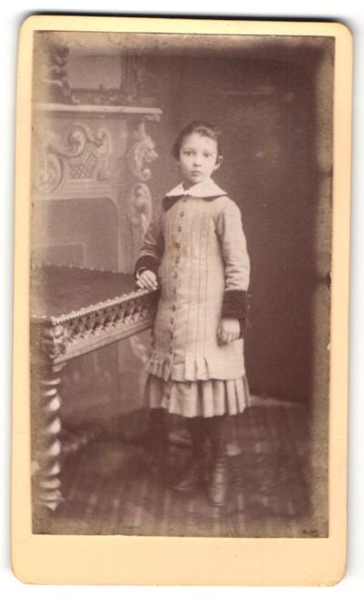Fotografie Yrondy Père, Paris, Portrait Mädchen in Kleid